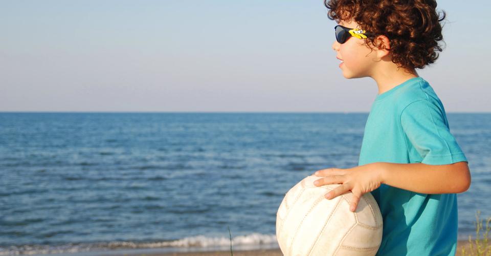 Niños, Sol y la protección de unas gafas homologadas